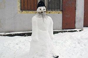 В Благовещенске священник слепил снежного батюшку