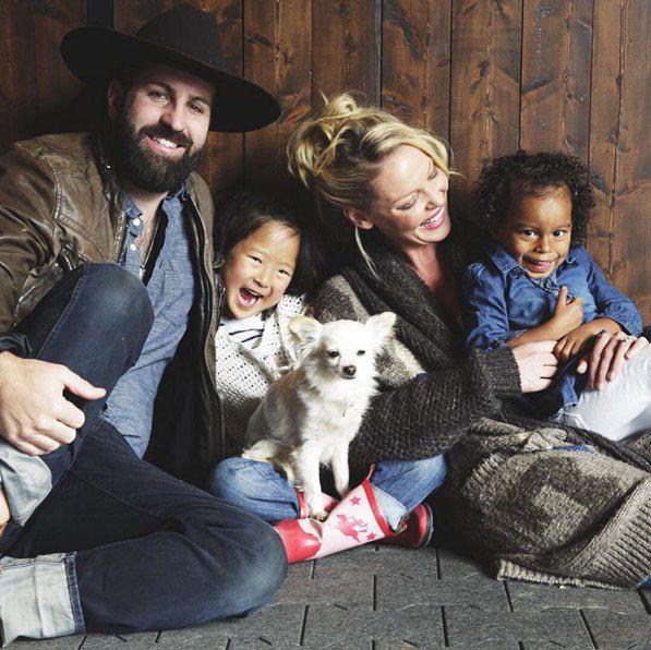 Кэтрин Хейгль с мужем и дочками