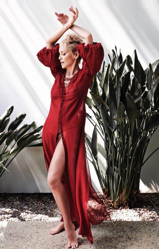 59-летняя актриса смело демонстрирует подтянутое тело