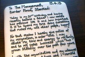 Британский таможенник написал заявление об увольнении на торте
