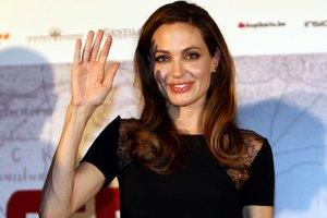 Анджелина Джоли продаст свои драгоценности