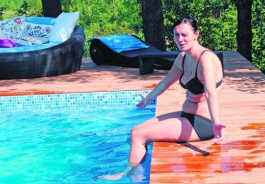 Елена Ваенга расслабляется у бассейна