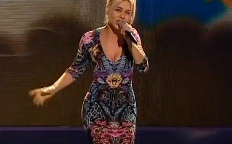 Так платье певицы выглядит спереди (выступление на День независимости)