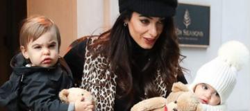 Аманду Клуни засняли на прогулке с полуторагодовалыми двойняшками на руках