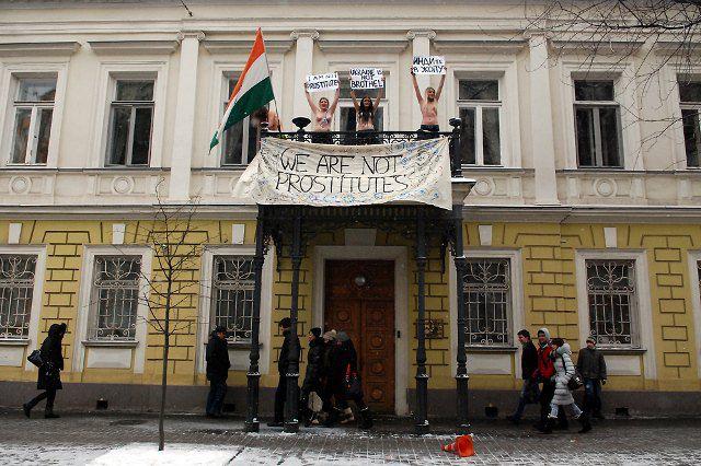 """Акция FEMEN """"Диагностика кармы"""""""