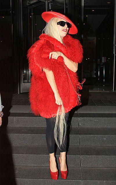 Леди Гага подарила фанату клок своих волос