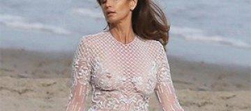 Синди Кроуфорд снялась в откровенном платье на пляже Малибу