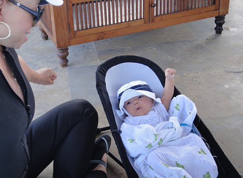 У малышей есть одежда с вышитыми на них прозвищами. На фото Мороккан в кофточке с надпись Рок - сокращенно от Мороккана