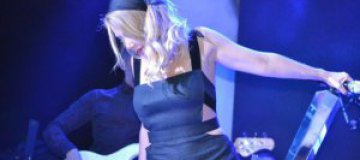 Тина Кароль пришла на концерт в траурном платке
