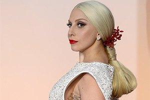 Леди Гага упала на сцене во время концерта в Монако