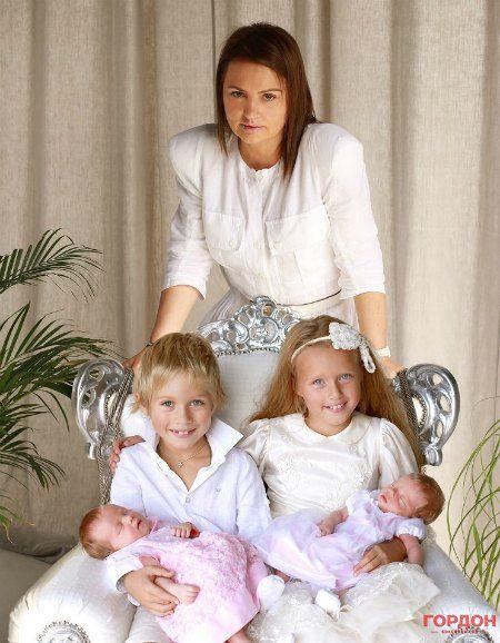 Счастливая мама со старшими детьми и новорожденными