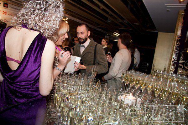 Гостей на презентации поили шампанским