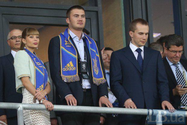 Виктор Янукович-младший с женой Ольгой и Александр Янукович