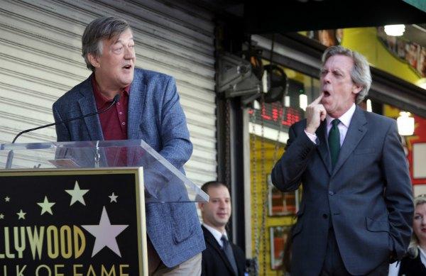 Давний друг и коллега актер Стивен Фрай прилетел, чтобы поздравить Хью Лори в этот важный день