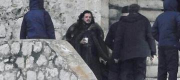 Джона Сноу засекли c кофе и сигаретой