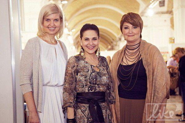 Певица Анжелика Рудницкая (по центру) и основатель Ukrainian Fashion Week Ирина Данилевская