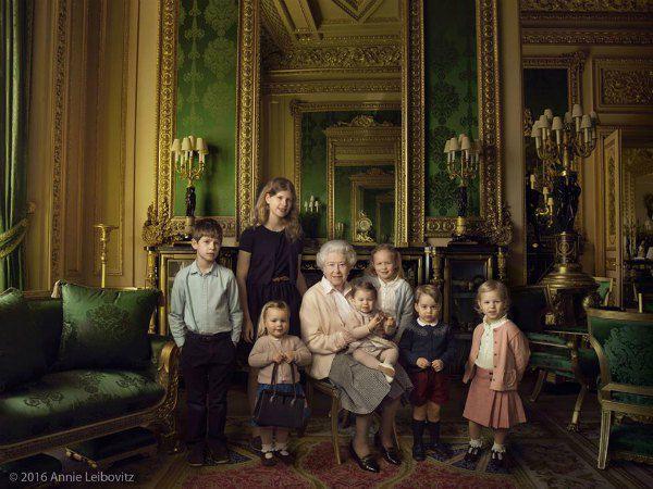 Монаршая бабушка в окружении внуков