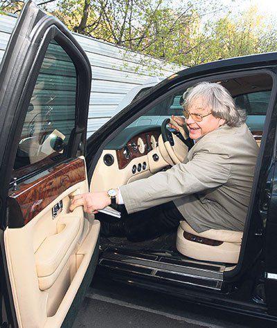 За рулем своего авто Антонов становится неуправляемым