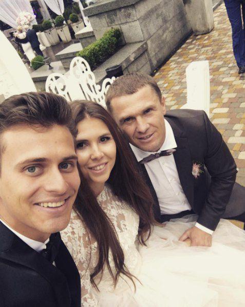 Ведущий праздника Александр Скичко (слева) с Ребровым и Анной