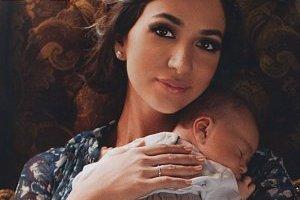Певица Зара показала новорожденного сына