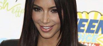 Ким Кардашьян похвасталась фигурой в туалете