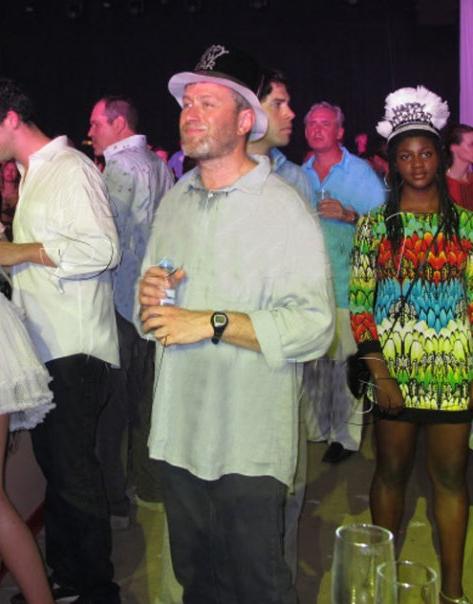 """Хозяин вечера Роман Абрамович встречал гостей в забавной шляпе с надписью """"С Новым годом!"""""""