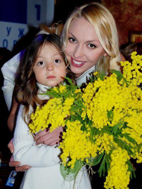 Недавно Полякова отвела старшую дочь в первый класс
