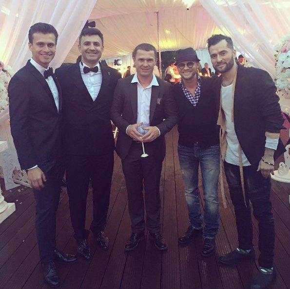Молодые пригласили спеть для них певца Иракли (крайний справа) из России