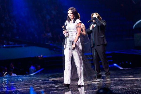 Жена Потапа Ирина Горовая забрала кубок Потапа и Насти, которые сейчас в зарубежном туре
