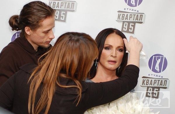 Макияж и укладку Софие Ротару поправляли прямо возле пресс-волла