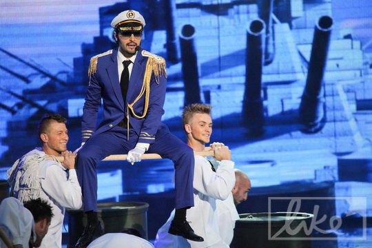 Танцоры носили Виталия Козловского на швабре