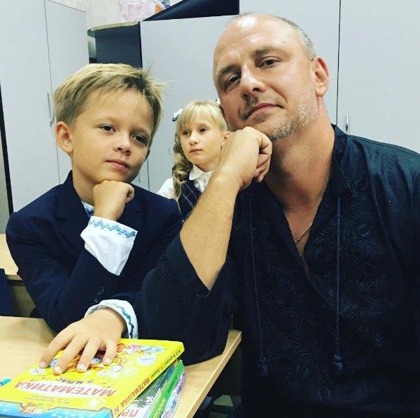 Потап с сыном Андреем были одеты в праздничные вышиванки