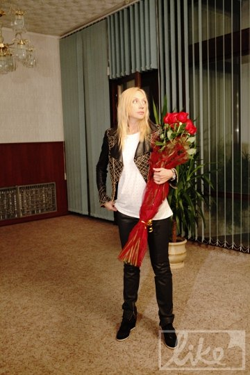 Вновь прибывшей звезде подарили цветы