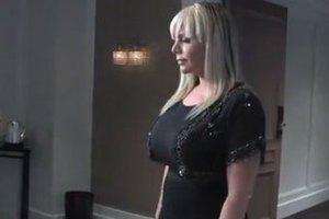 Американку с большой грудью уволили из магазина нижнего белья