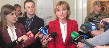 """Жена Луценко пришла в Раду в """"золотых"""" туфлях почти за $900"""