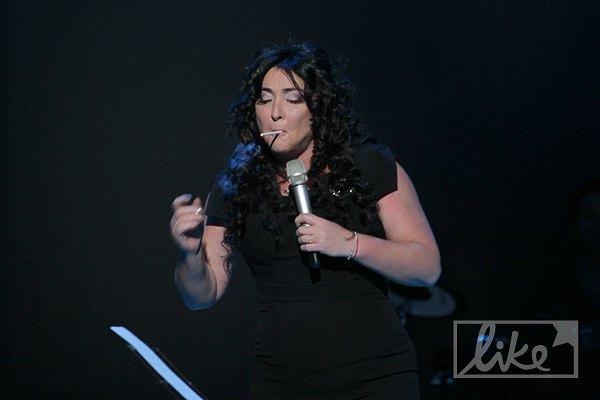 Певица нарушала закон о запрете курения прямо на сцене
