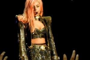 Леди Гага продаст с аукциона платье, измазанное в ее крови