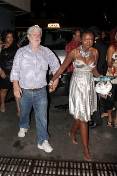 """Создатель """"Звездны войн"""" Джордж Лукас прибыл на вечеринку Абрамовича вместе с темнокожей подругой"""