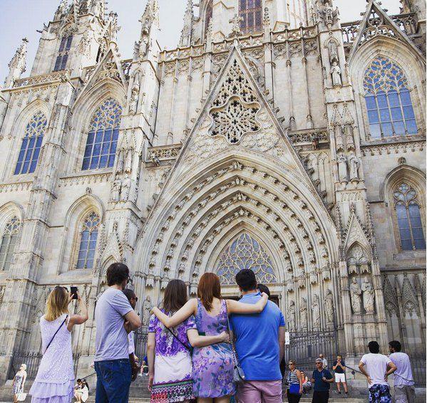 Свадебное путешествие пара провела в окрестностях Барселоны в компании друзей