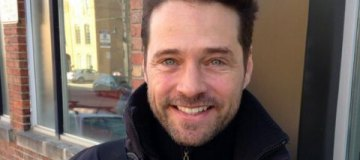 """Звезда """"Беверли-Хиллз"""" Джейсон Пристли поддержал Шэннен Доэрти, которая борется с раком"""