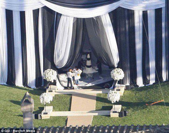 Черно-белым был и свадебный торт