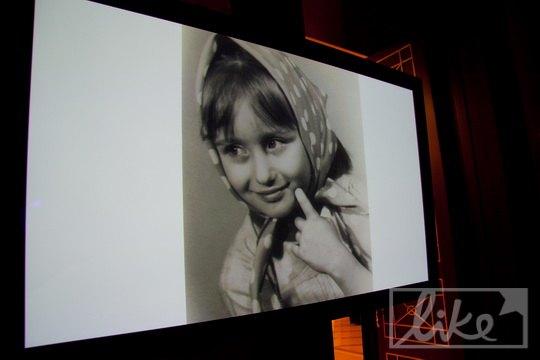 На большом экране показывали детские фото именинницы