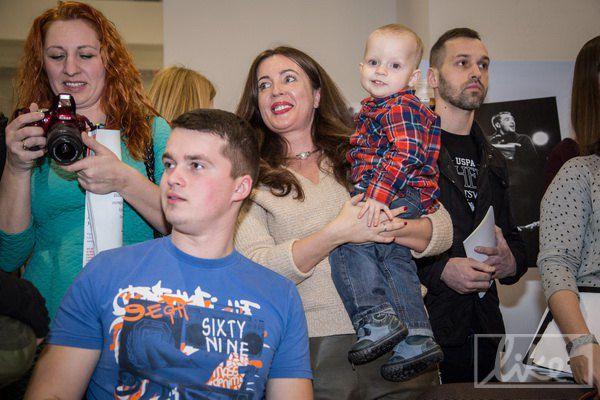 Волонтер Наталья Юсупова (в центре, с ребенком одного из бойцов) помогала собирать средства на протезирование многих участников проекта