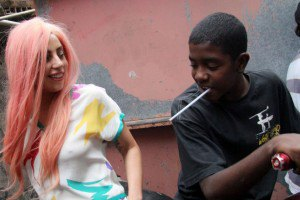 Леди Гага погоняла мяч с детьми из бедных кварталов Рио