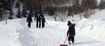 Сергей Тигипко убирал с детьми снег